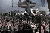 Boerney bei einem Stadtfest vor einer Menge Publikum